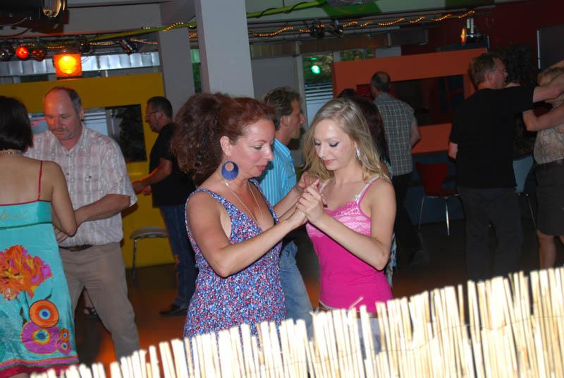 http://www.tanzen-im-schwanen.de/wb/media/Diverse_Fotos_Salsa/120725_SalsaPractica_Fotogalerie/0725_214.jpg