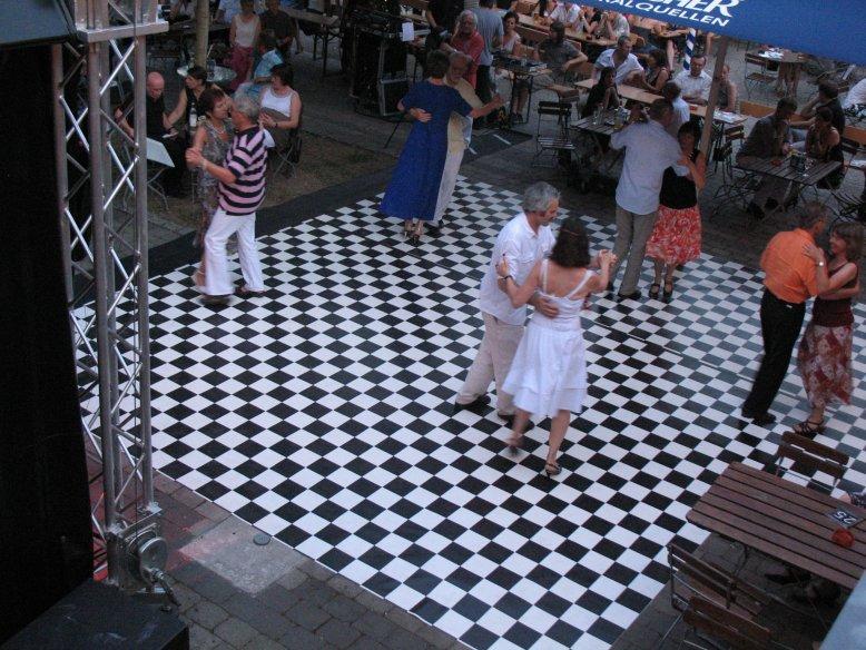 http://www.tanzen-im-schwanen.de/wb/media/Fotogalerien/100709_OpenAirTanzfest/IMG_7214.JPG