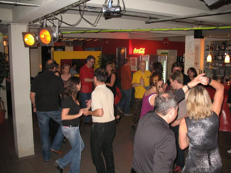 http://www.tanzen-im-schwanen.de/wb/media/Fotogalerien/101117_Salsa_Practica/IMG_8012.JPG