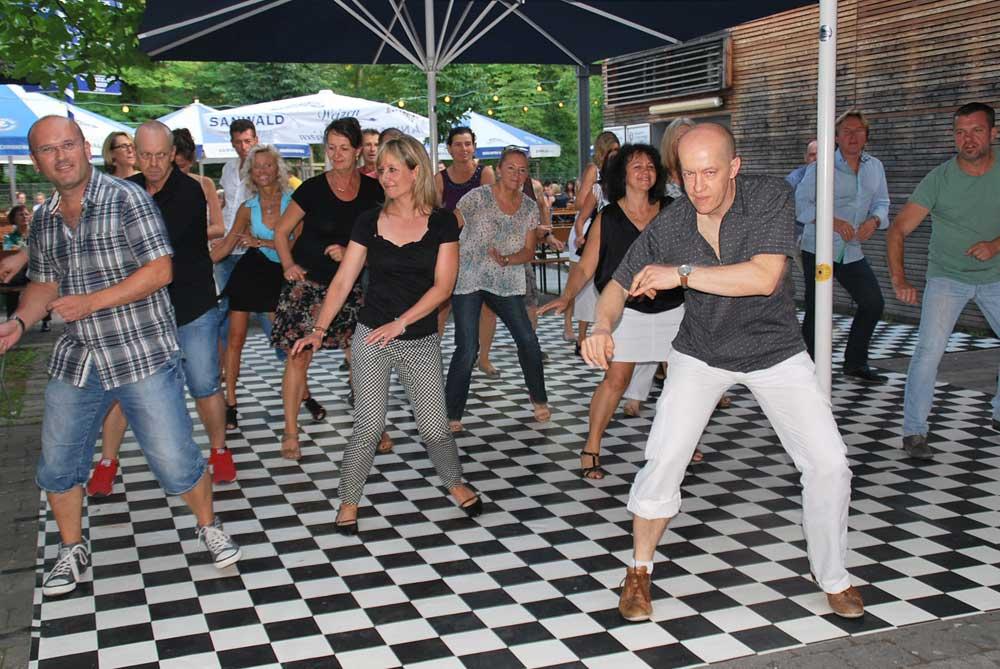 http://www.tanzen-im-schwanen.de/wb/media/Fotogalerien/140716_Salsa_Practica/140716_38.jpg